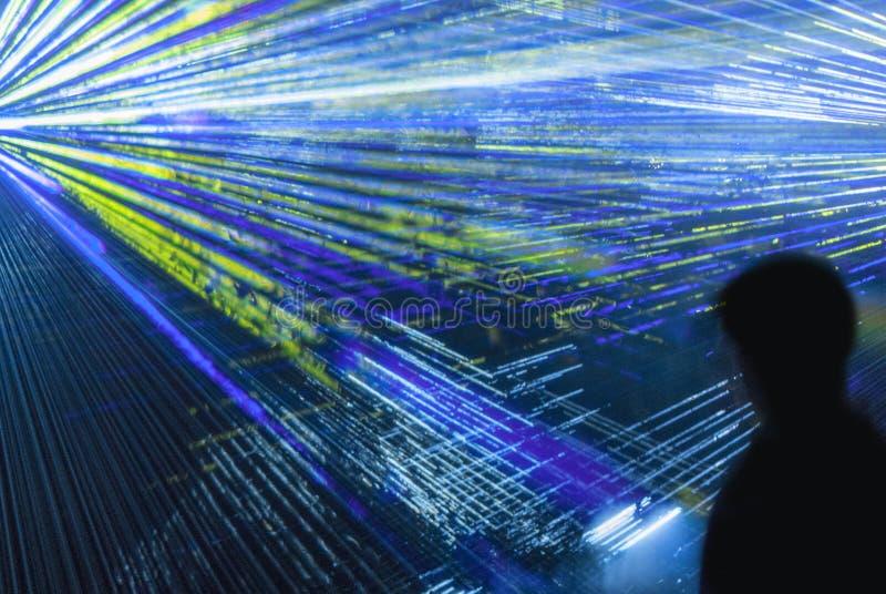 Черные лазерные лучи силуэта и цвета стоковые изображения
