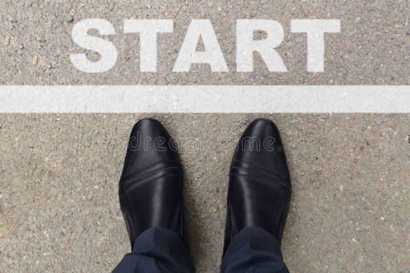 Черные ботинки бизнесмена стоя, что в начале линия начать или начать новая жизнь Бизнесмен смотрит вниз на его ногах на a стоковое изображение rf