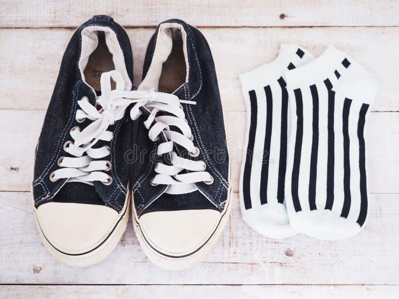 Черные ботинки и striped носки стоковое изображение