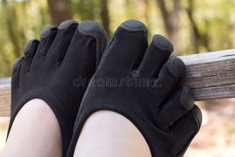 Черные ботинки пальца ноги на рельсе палубы стоковые изображения