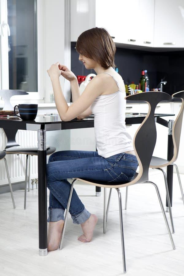 черные выпивая детеныши женщины чая стоковая фотография