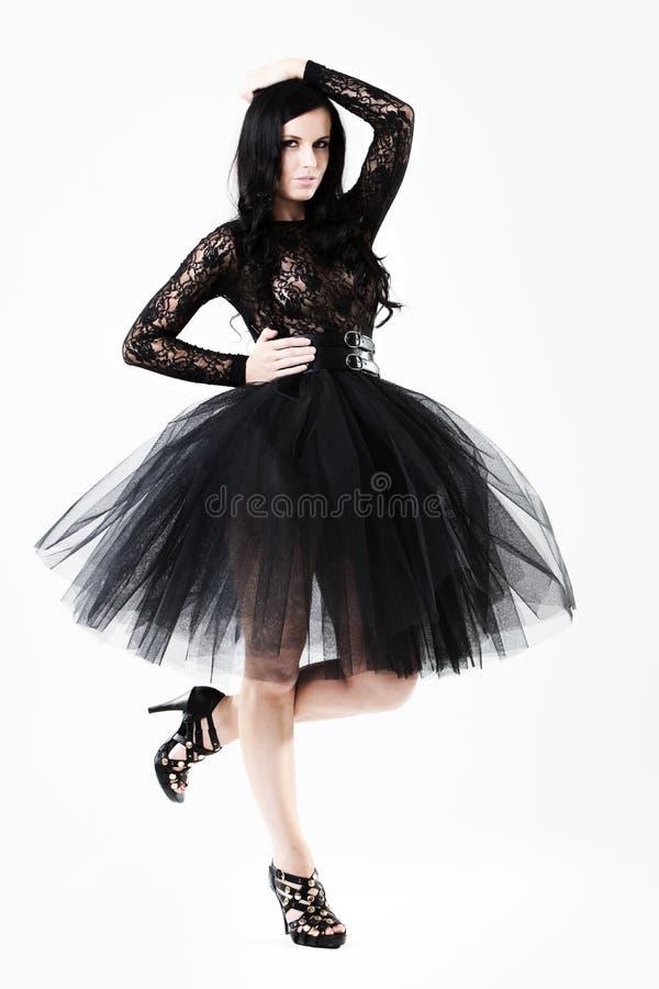 черные детеныши женщины шнурка платья стоковые фотографии rf