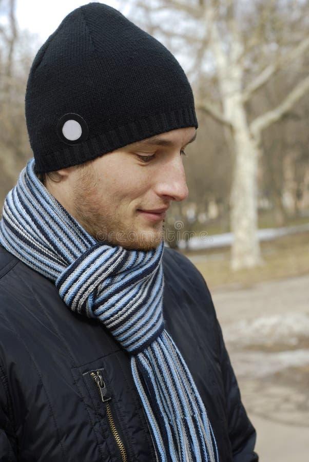 черные детеныши шарфа портрета человека крышки стоковые фотографии rf