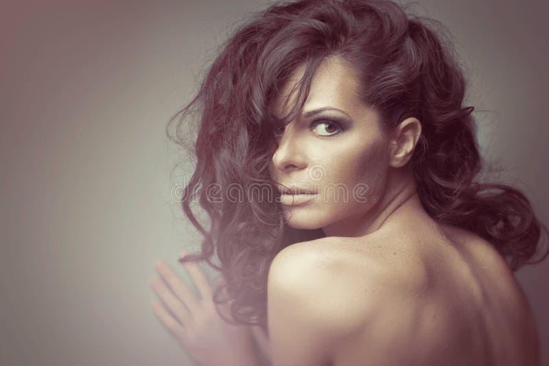 Черные длинные курчавые одичалые волосы женщина портрета способа стоковые фотографии rf