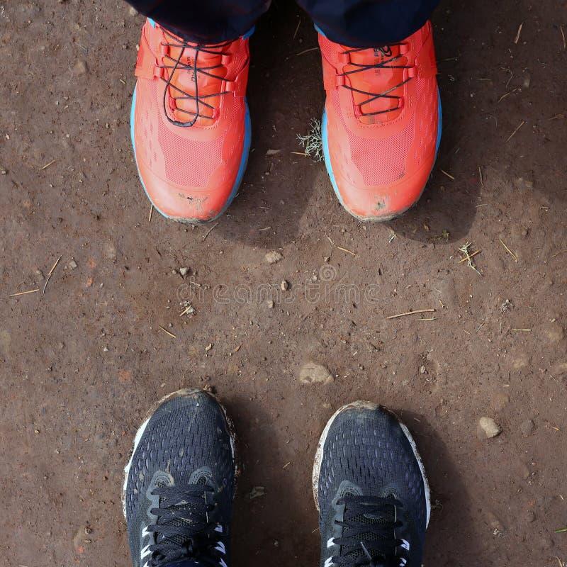 Черные и оранжевые грязные ботинки спорт после похода Levada в Мадейре, Португалии стоковое изображение