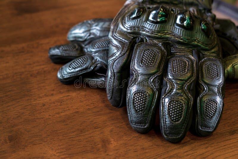 Черные кожаные перчатки мотоцикла с трудным предохранением от раковины на стоковые фотографии rf
