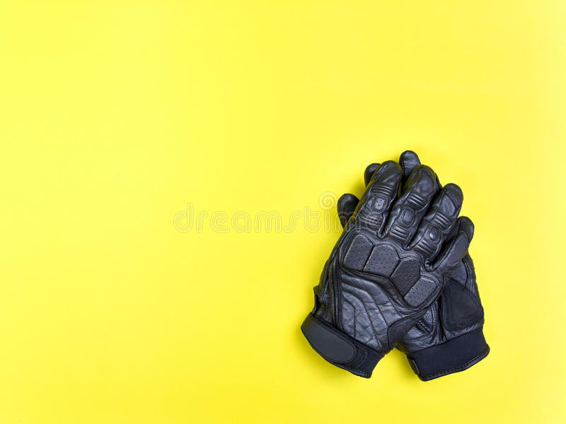 Черные кожаные перчатки для ехать мотоцикл или велосипед стоковое изображение