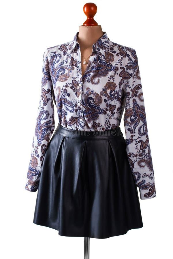 Черные кожаные юбка и рубашка стоковые изображения rf