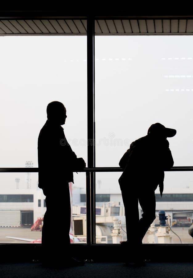 Черные контуры пассажира против окна стоковые изображения