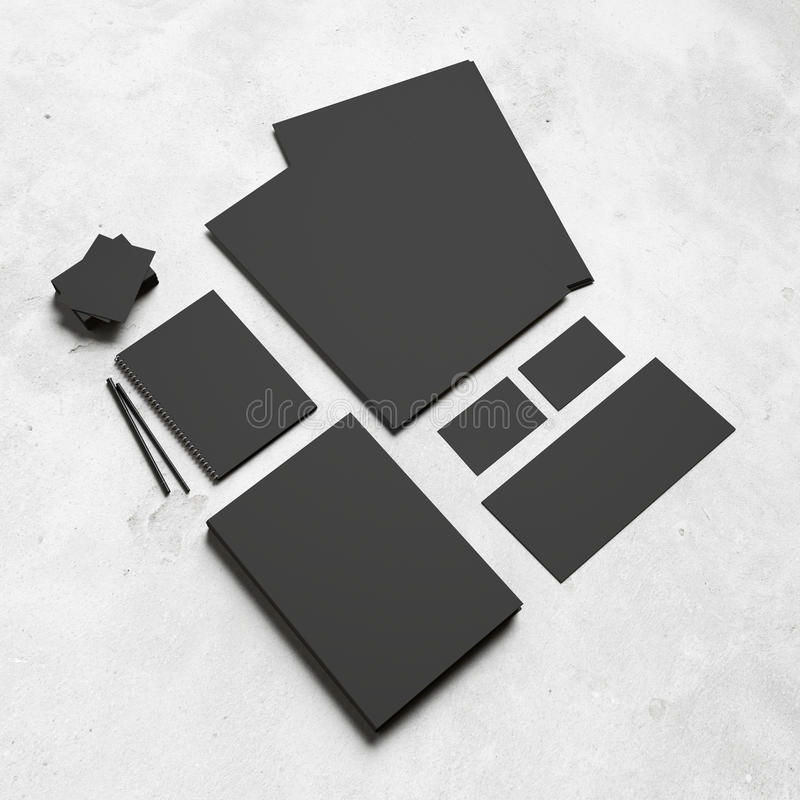 Черные клеймя элементы на белой конкретной предпосылке стоковое фото