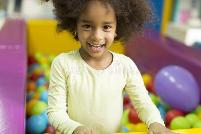 Черные маленькие девочки в игровой стоковые изображения rf