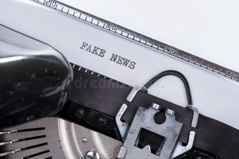 Черные новости фальшивки текста написанные на старой машинке стоковая фотография rf