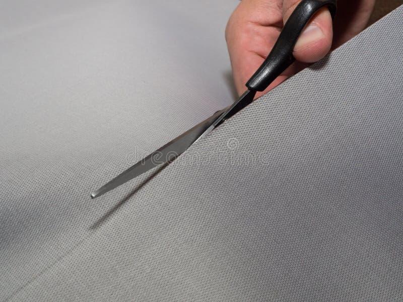 Черные ножницы режа ткань Концепция вырезывания-вне ткани стоковое фото rf