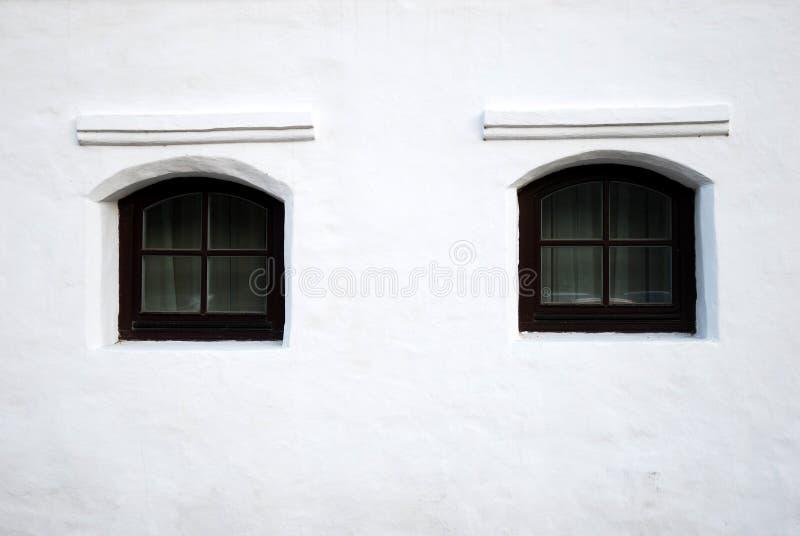 черные окна белизны стены стоковые изображения rf