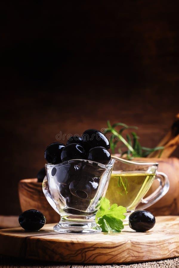 Черные оливки, деревянная предпосылка, селективный фокус стоковые фотографии rf