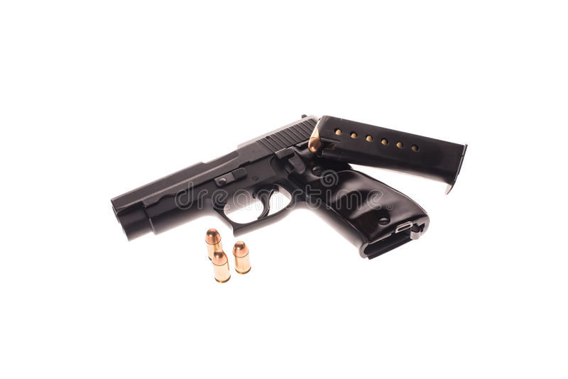 Черные оружие и пули на белой предпосылке стоковое изображение