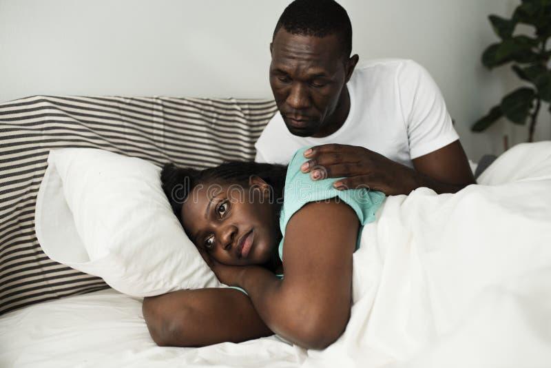 Черные пары имея бой, попытки человека, который нужно сказать к сожалению но женщину выиграли беседу ` t стоковая фотография rf