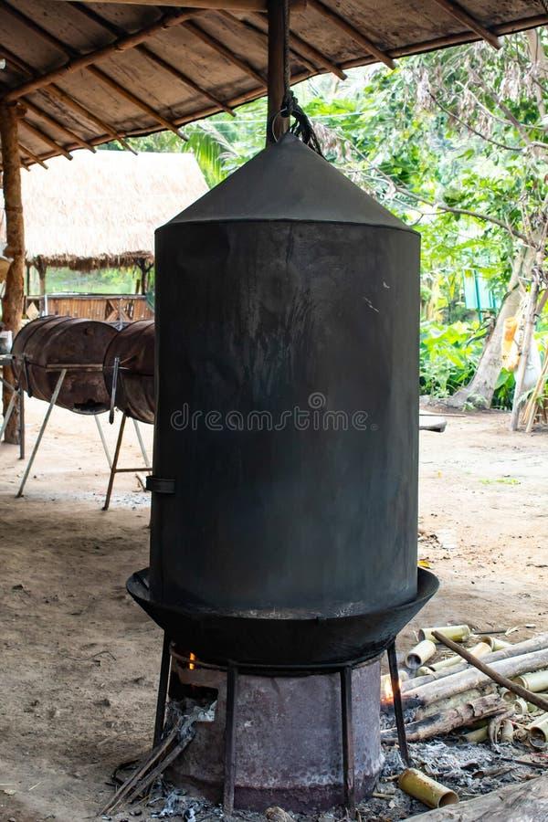 Черные плита и лоток на древесине стоковая фотография rf
