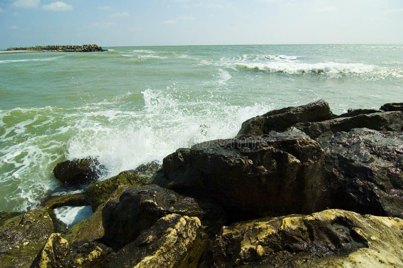 черные разбивая волны моря стоковые изображения