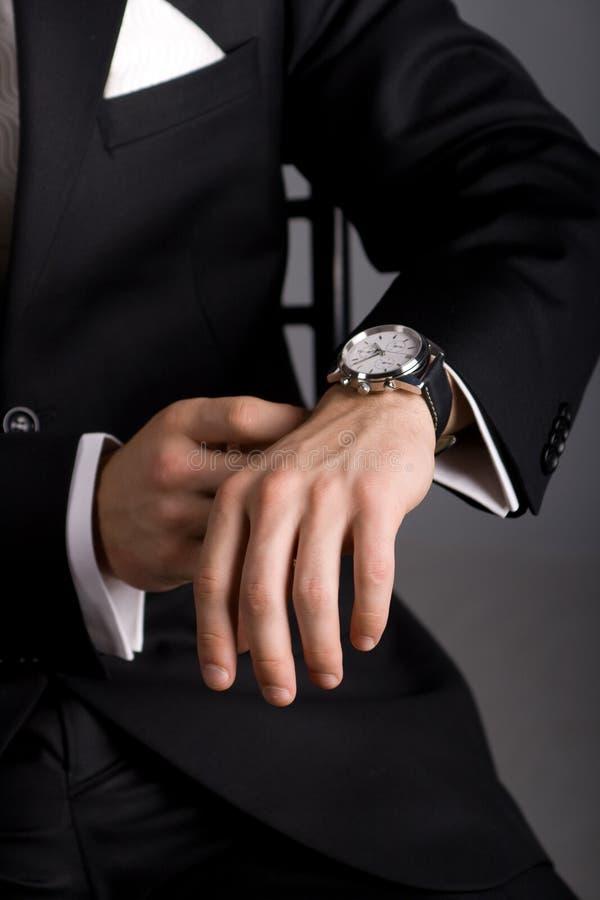 черные руки укомплектовывают личным составом костюм стоковая фотография rf