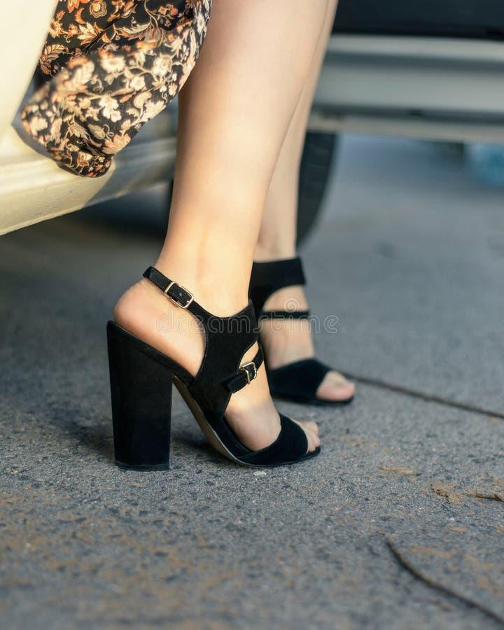 Черные сандалии для женщин стоковые фото