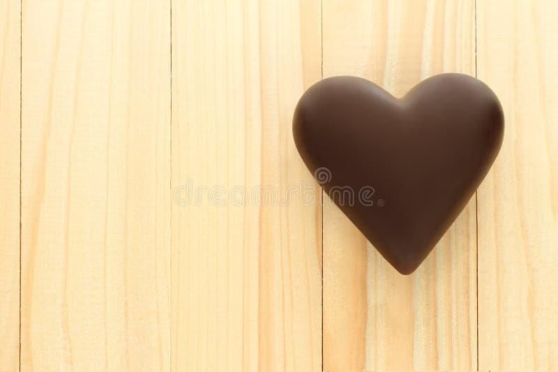 Черные сердца шоколада на деревянной предпосылке стоковое изображение rf