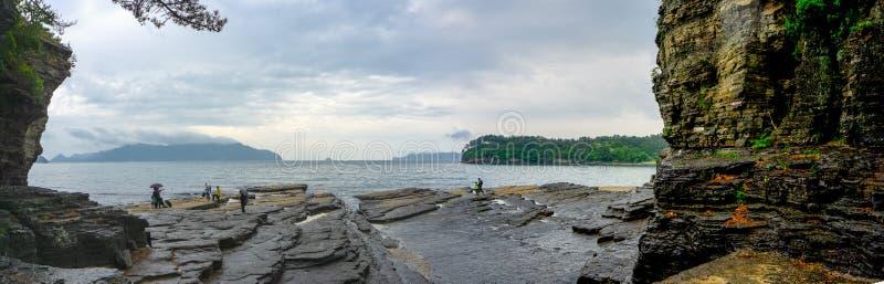 Черные слои утеса седимента лежат немножко опрокинутый к морю на парке страны Sangjogam стоковое изображение rf