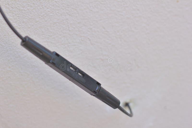 Черные соединения кабеля оптического волокна, предпосылка, белые строя стены которые расплывчатый стоковое фото