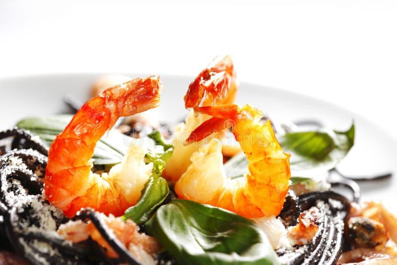 Черные спагетти с морепродуктами стоковое фото rf