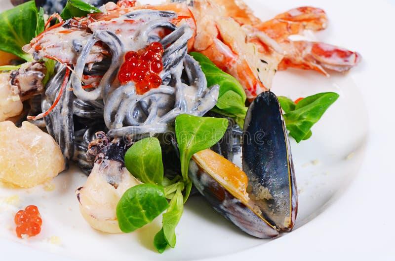 Черные спагетти с крупным планом морепродуктов стоковая фотография rf