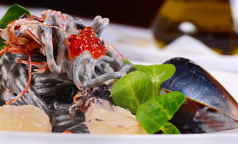 Черные спагетти с крупным планом морепродуктов стоковое изображение rf
