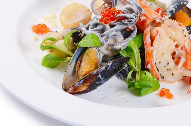 Черные спагетти с крупным планом морепродуктов стоковая фотография