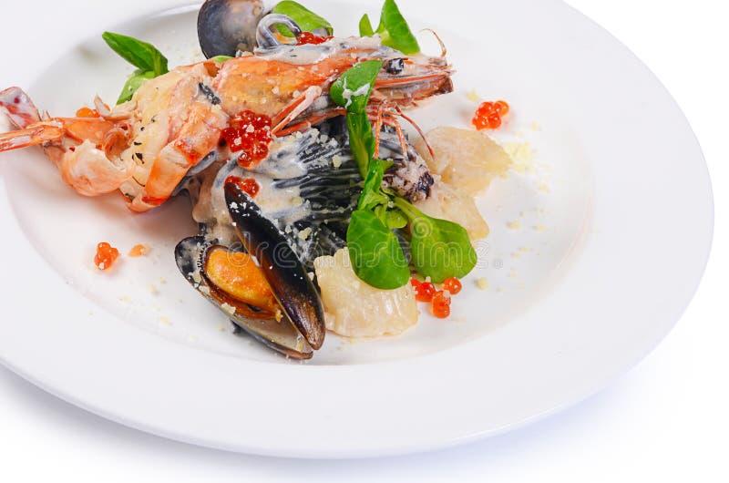 Черные спагетти с крупным планом морепродуктов стоковое фото rf