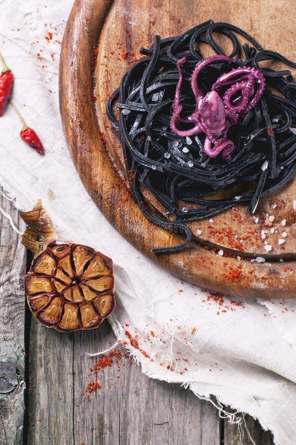 Черные спагетти с осьминогом стоковое фото