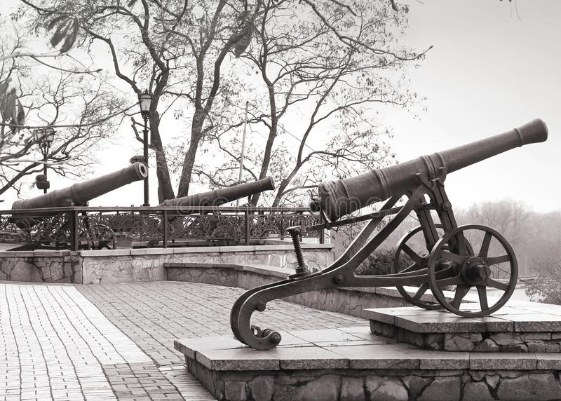 Черные старые карамболи на холме Воинское оружие стоковые изображения