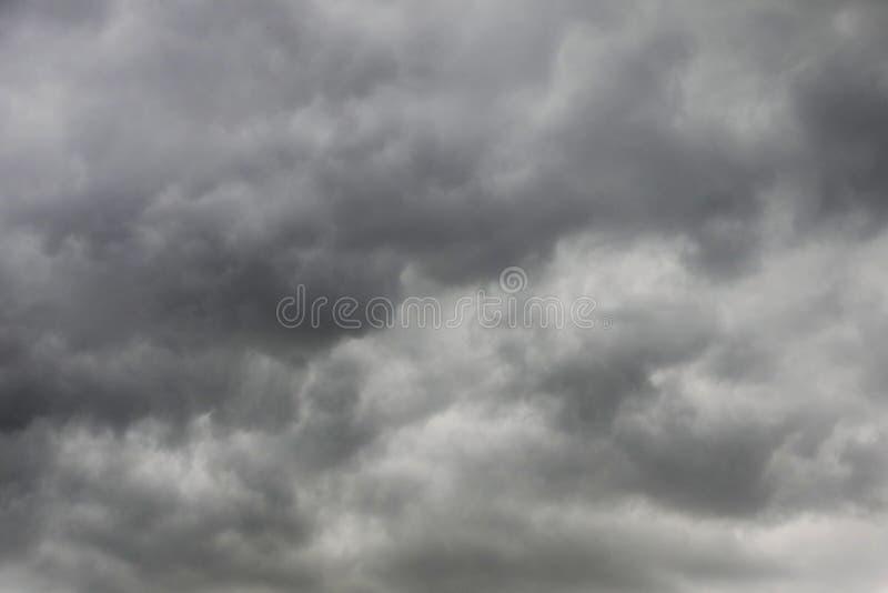 Черные тучи с грозой на небе перед дождем стоковые изображения rf