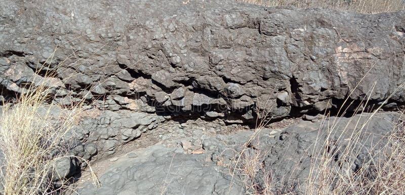 Черные утес или гора с природой текстуры благоустраивают предпосылку от lakhnadon Индии, сфотографированный в феврале 2018, ландш стоковое изображение rf