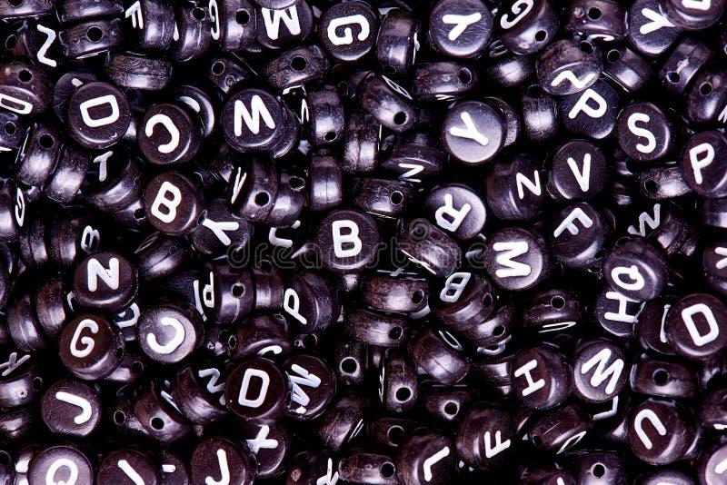 Черные шарики с белым английским концом-вверх писем стоковые фото