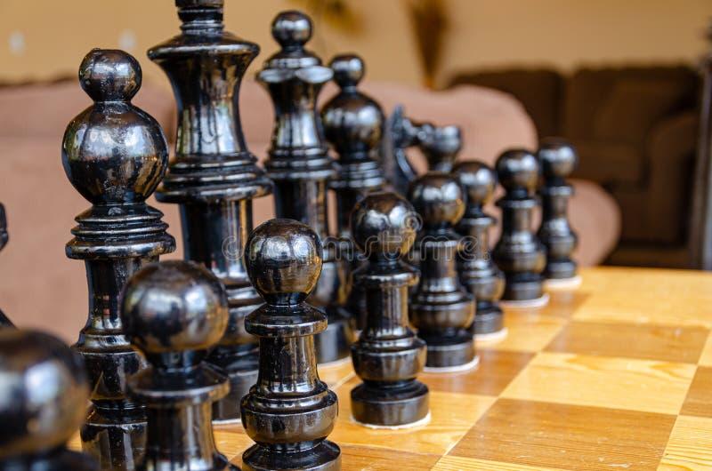 Черные шахматные фигуры подготавливают позволяют игре стоковые изображения rf