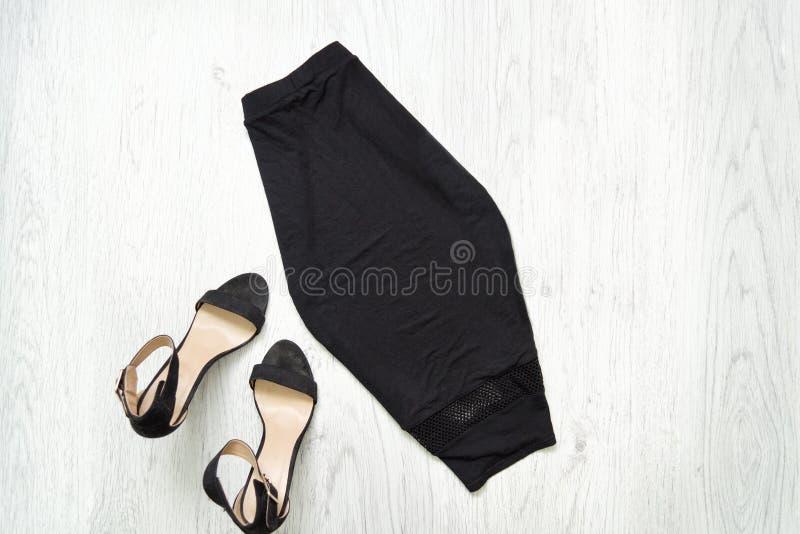 Черные юбка и ботинки модная концепция стоковое изображение rf
