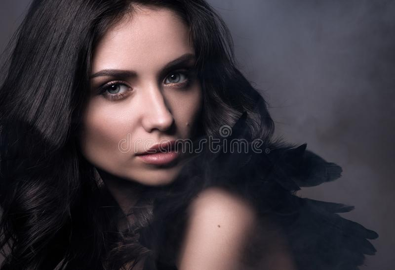 Черный ангел в облаке дыма Портрет крупного плана красоты в темных тонах стоковое фото