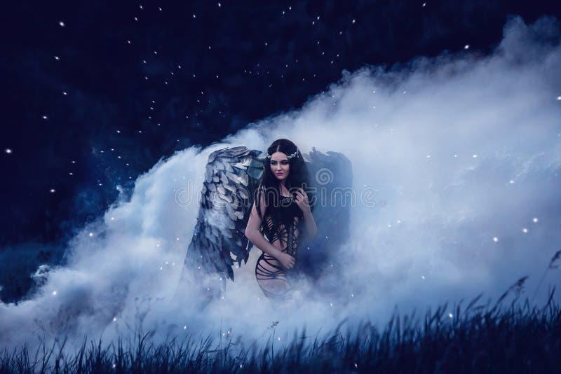 Черный ангел Милый девушк-демон стоковое фото rf