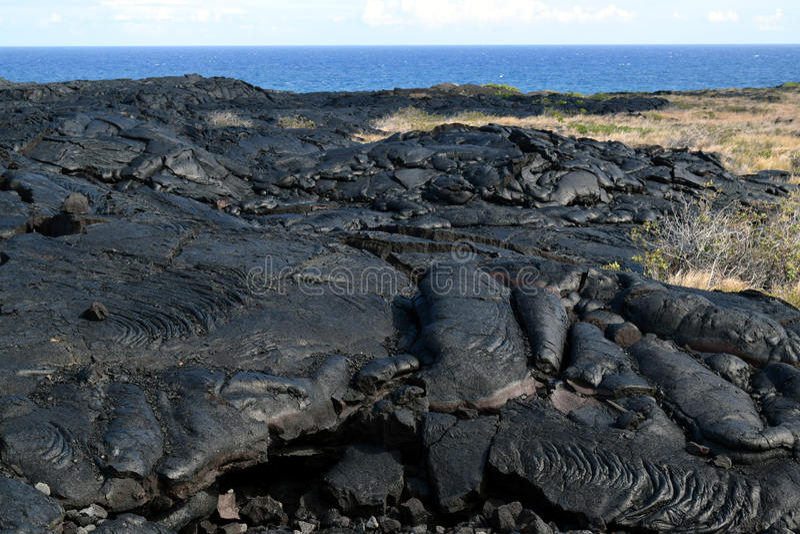 Черный ландшафт лавы вдоль цепи дороги кратеров стоковое фото rf