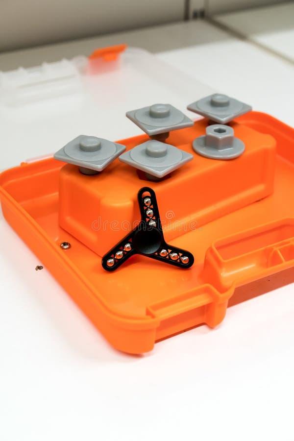 Черный алюминиевый обтекатель втулки на оранжевом toolbox цвета стоковая фотография rf