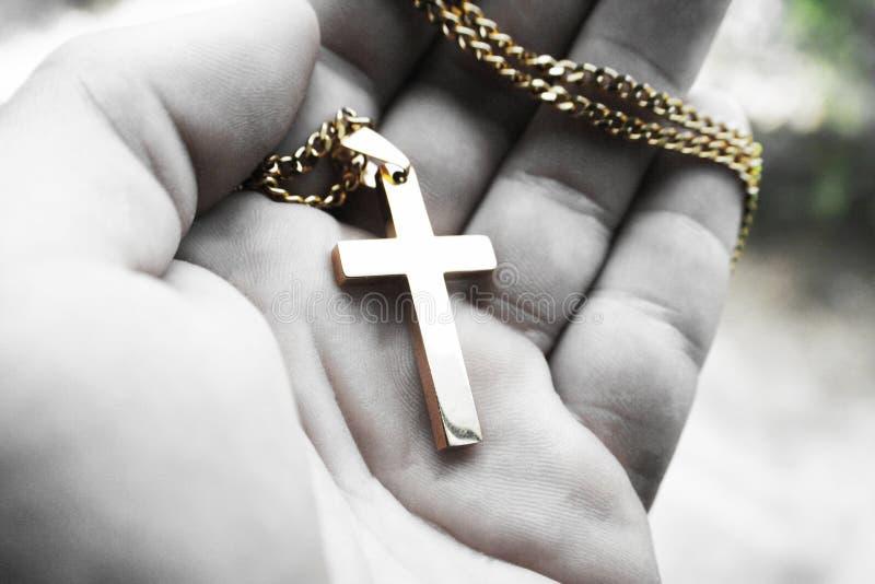 Черный & белый религиозный крест в ладони руки высококачественной стоковая фотография