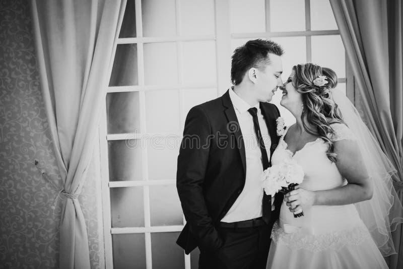 жених и невеста фото биля окна