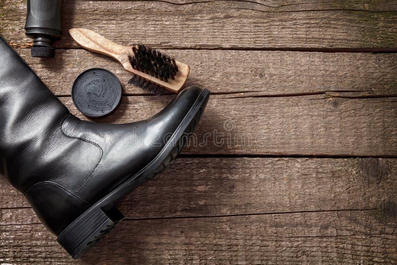 Черный ботинок, щетка, полировщик и полируя сливк стоковая фотография rf