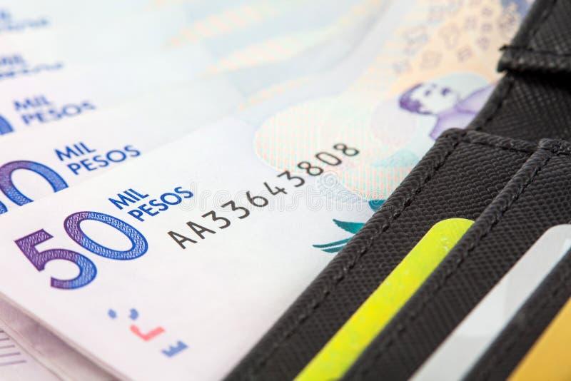 Черный бумажник заполненный с деньгами и карточками стоковые фотографии rf