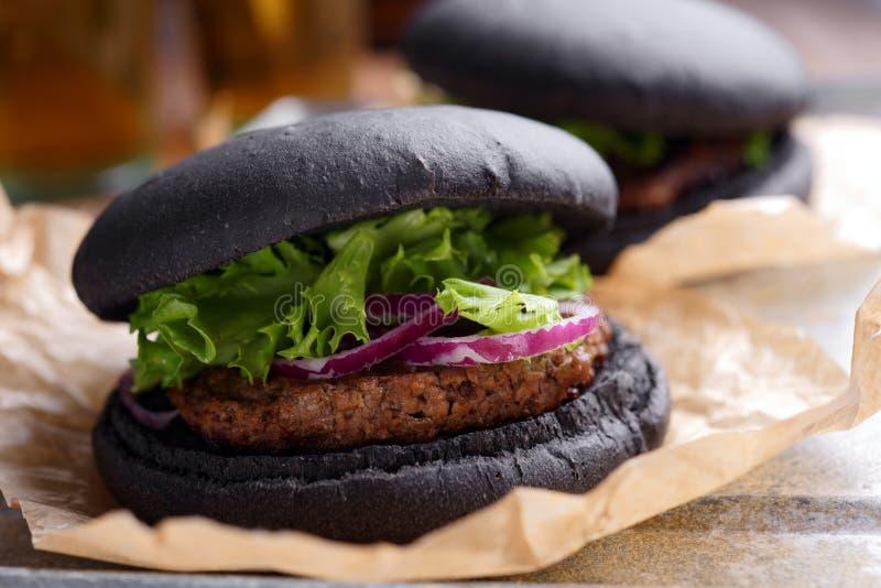 Черный бургер стоковые изображения rf