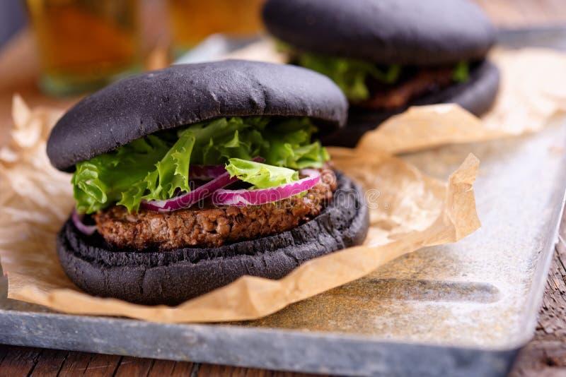 Черный бургер стоковые фотографии rf